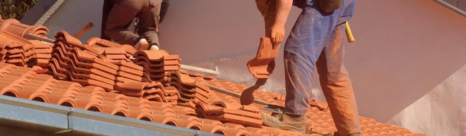 vakman van dakdekkersbedrijf Rotterdam op het dak